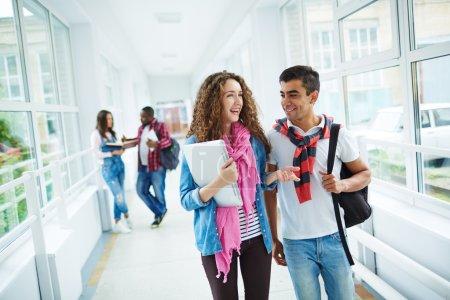 Photo pour Heureux les élèves du secondaire en interaction après les cours dans le couloir du Collège - image libre de droit