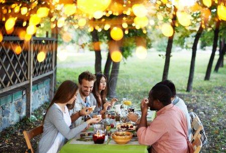 Photo pour Groupe de jeunes amis ayant un dîner traditionnel le jour de Thanksgiving - image libre de droit