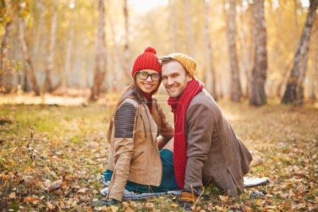 Photo pour Élégant jeune couple amoureux profiter du parc d'automne - image libre de droit