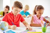 Chytré žáky kreslení na lekci