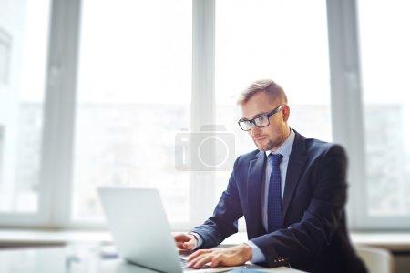 Photo pour Réseautage confiant des hommes d'affaires au bureau - image libre de droit