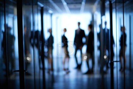 Photo pour Motion floue de l'équipe d'affaires debout au bureau - image libre de droit
