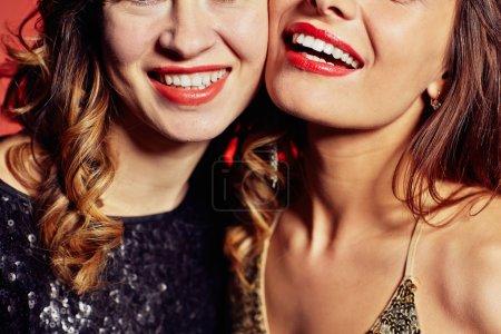 Photo pour Heureux jeunes femmes avec des sourires toothy - image libre de droit