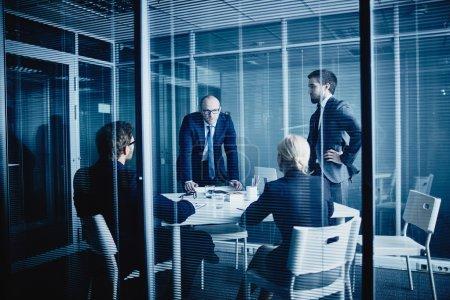 Photo pour Équipe de gens d'affaires travaillant dans les bureaux modernes avec stores de fenêtre - image libre de droit
