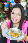 Žena jíst vejce pánev