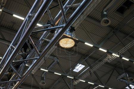 Photo pour Plafond de la salle avec une construction métallique et de la ventilation - image libre de droit