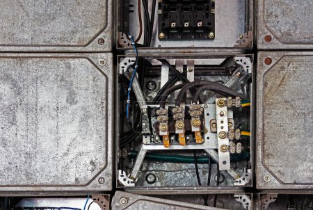 Photo pour Panneau électrique avec câbles dans une ancienne usine - image libre de droit