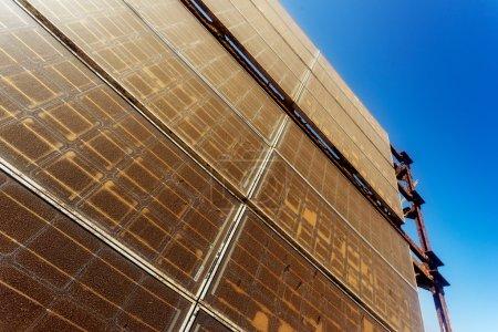 Foto de Panel solar viejo y polvoriento contra el cielo - Imagen libre de derechos