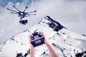Člověk ovládá létající drony