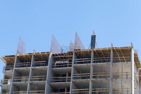 Photo pour Construction à ossature monolithique du bâtiment. Le cadre des murs. Coffrage pour murs en béton. Construction du bâtiment. Murs en maçonnerie et murs en béton aéré - image libre de droit