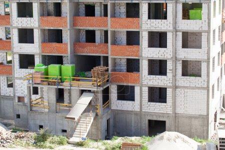 Photo pour Construction à ossature monolithique du bâtiment. Murs solides en béton. Coffrage pour murs en béton. Construction du bâtiment. Murs en maçonnerie et murs en béton aéré - image libre de droit