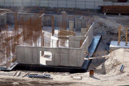 Photo pour Construction à ossature monolithique du bâtiment. Murs solides en béton. Le cadre des murs. Coffrage pour murs en béton. Construction du bâtiment - image libre de droit