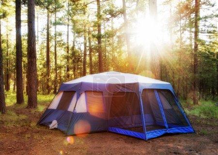 Photo pour Grande tente de camping dans les bois de Payson, Arizona au lever du soleil avec des fusées éclairantes - image libre de droit