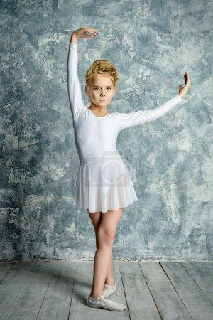 Photo pour Belle jeune danseur de ballet qui pose en studio. - image libre de droit