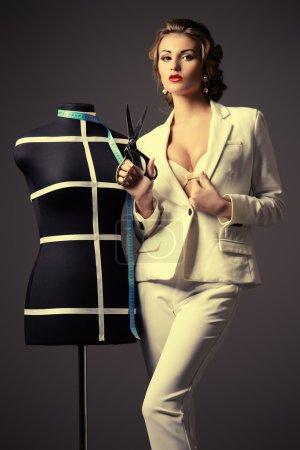Photo pour Portrait d'une styliste de mode femme élégante. Studio tourné sur fond sombre . - image libre de droit