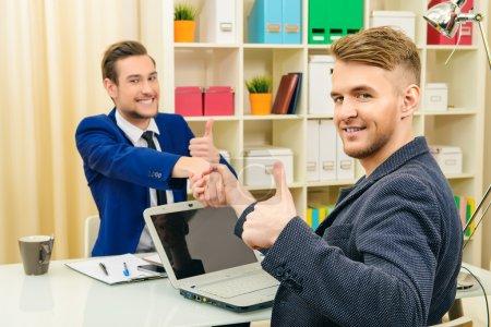 Foto de Gente de negocios dándose la mano. Acuerdo, concepto de asociación . - Imagen libre de derechos