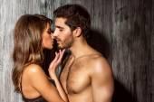 Vášnivý polibek, mladí lidé v lásce