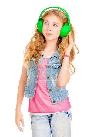 Photo pour Adolescente moderne écoutant de la musique dans les écouteurs. Prise de vue. Isolé sur blanc. Espace de copie . - image libre de droit