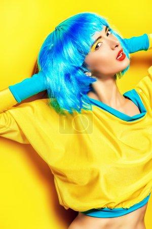 Photo pour Lumineuse fille glamour dans des vêtements vifs et une perruque séduisante sur fond jaune. Beauté, mode. Produits cosmétiques, coiffure . - image libre de droit