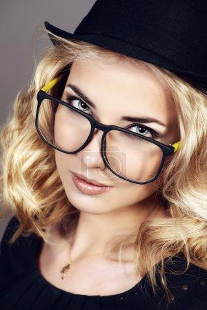 Photo pour Gros plan portrait d'une jeune femme aux beaux cheveux blonds portant des lunettes. Optique. Style de lunettes . - image libre de droit