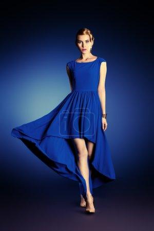 Photo pour Mode portrait d'une belle jeune femme en robe de soirée élégante, posant en mouvement au studio. Coiffure. - image libre de droit