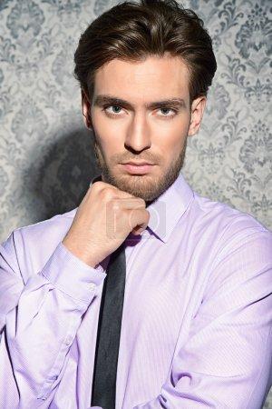 Photo pour Beau et respectable homme d'âge moyen en chemise blanche et cravate. Beauté masculine, mode. Style d'entreprise . - image libre de droit