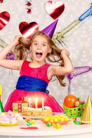 Photo pour Belle petite fille profite de son anniversaire. Célébration, événements de la vie. Joyeux anniversaire . - image libre de droit