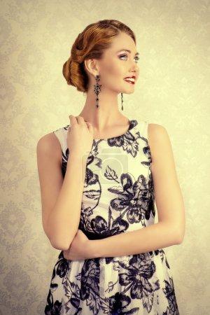 Photo pour Portrait d'une belle femme en robe de soirée élégante, posant sur fond vintage. Bijoux. Mode prise de vue. Coiffure. - image libre de droit
