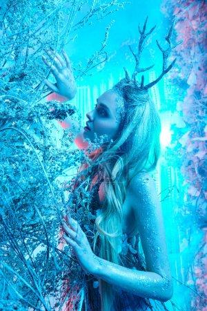 Czarująca leśna nimfa w magicznym lesie. Świat fantazji.