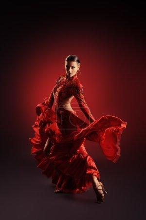 Photo pour Belle danseuse professionnelle exécute la danse latino. Passion et expression . - image libre de droit