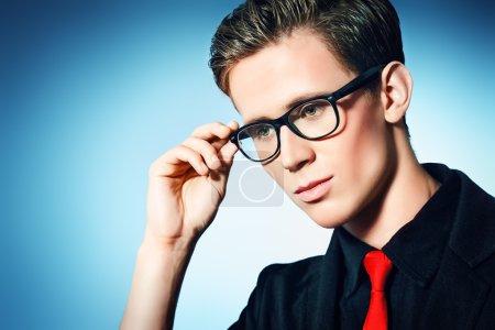 Photo pour Portrait d'un beau jeune homme en costume élégant et spectacles. - image libre de droit