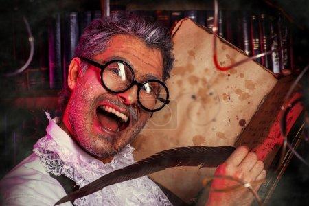 Foto de Científico loco medieval trabajando en su laboratorio con los manuscritos antiguos. alquimista. Halloween. - Imagen libre de derechos