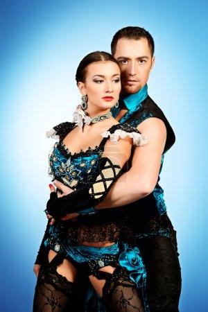 Photo pour Belles danseuses professionnels exécutent tango danse avec passion et expression. - image libre de droit