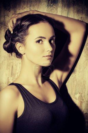 Photo pour Gros plan portrait d'une belle jeune femme élégante. Portrait artistique . - image libre de droit