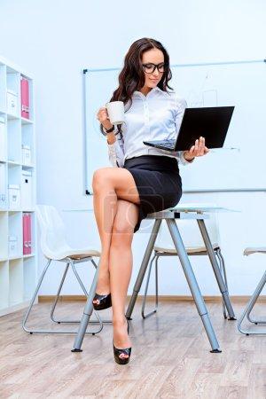 Photo pour Portrait de jeune femme d'affaires travaillant dans le bureau avec un ordinateur portable . - image libre de droit
