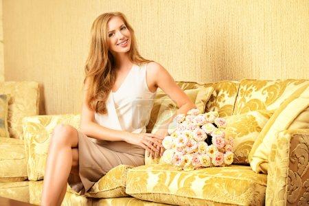 Photo pour Charmante jeune femme dans une chambre avec un intérieur classique coûteux. Intérieur. Meubles . - image libre de droit