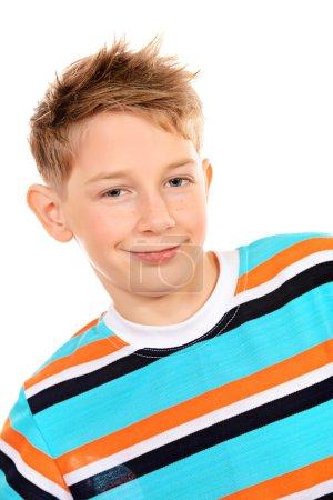 Photo pour Portrait d'un garçon de dix ans souriant à la caméra. Isolé sur blanc . - image libre de droit