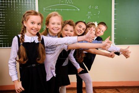 Photo pour Heureux écoliers à une salle de classe. éducation. - image libre de droit