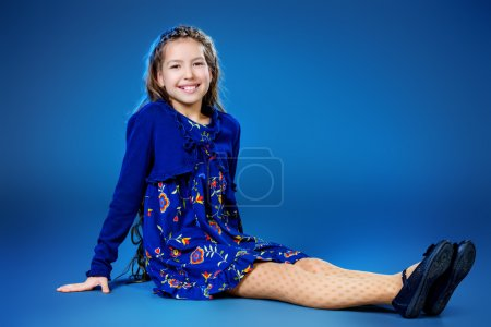 Photo pour Portrait d'une jolie adolescente portant une belle robe de fête. La beauté, la mode des enfants. Plan studio . - image libre de droit