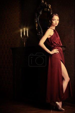 Photo pour Jeune femme romantique en robe de soirée posant à l'intérieur vintage. Intérieur luxueux classique. Coup de mode . - image libre de droit