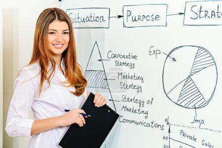 Photo pour Femme d'affaires faisant une présentation au bureau. Formation, réunion . - image libre de droit
