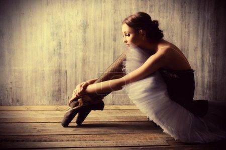 Photo pour Danseuse de ballet professionnelle se reposant après la représentation. Concept d'art. - image libre de droit