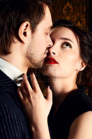 Photo pour Gros plan portrait d'un bel homme et d'une belle femme amoureux. La mode. Concept d'amour . - image libre de droit