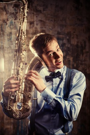 Photo pour Portrait d'un musicien avec son saxophone. Art et musique. Musique jazz. - image libre de droit