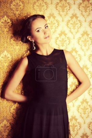 Photo pour Belle dame élégante à l'intérieur vintage. Coup de mode . - image libre de droit