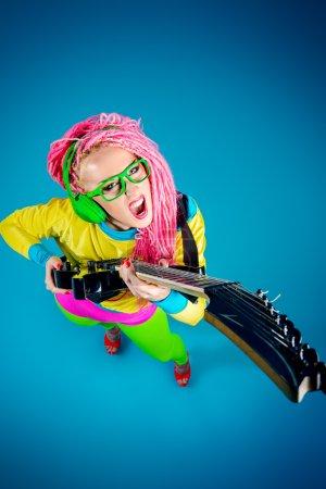 Photo pour Star du rock féminin jouant de la guitare électrique. Style vif. Show business. - image libre de droit