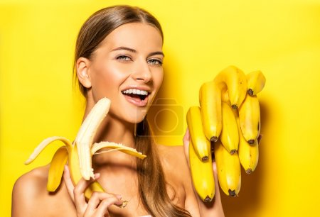 Foto de Hermosa mujer joven con los plátanos. frutas tropicales. concepto de verano. una alimentación saludable - Imagen libre de derechos