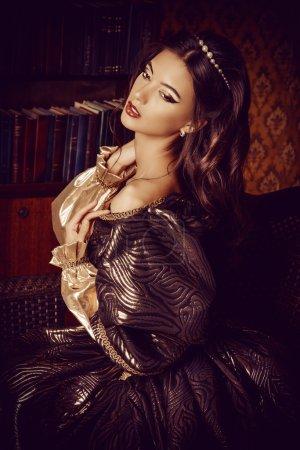 Photo pour Style Renaissance - belle jeune femme dans la robe luxuriante chère dans un ancien palais intérieur. Style vintage. Mode . - image libre de droit