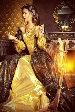 Photo pour Fille de la belle fée comme une blanche-neige dans une belle robe luxuriante tourne sur la roue qui tourne. Renaissance. Barocco. Mode. Conte de fées. - image libre de droit