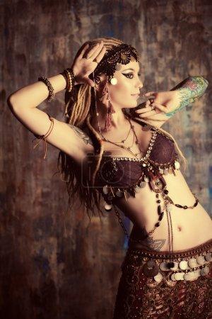 Photo pour Portrait d'une belle danseuse traditionnelle. Danse ethnique. Danse du ventre. Danse tribale . - image libre de droit